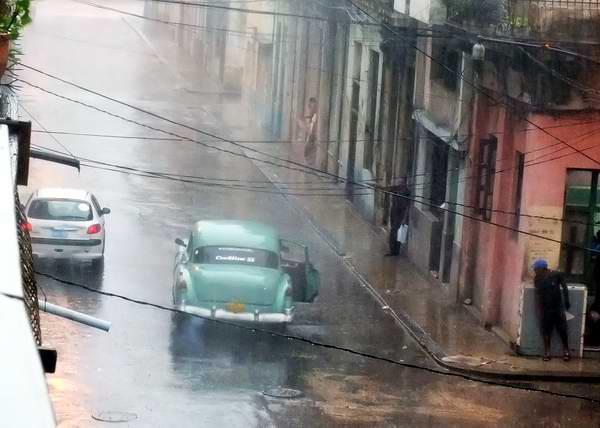 Aguacero torrencial sobre la ciudad. Foto Abel Rojas