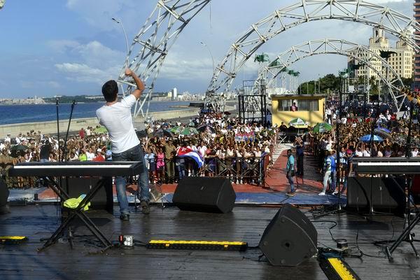 El popular cantante David Blanco estremeció al público asistente al concierto realizado en la Tribuna Antiimperialista. Foto Abel Rojas Barallobre