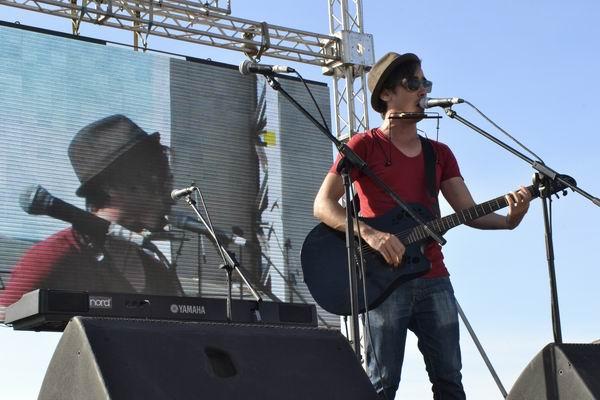 El cantautor Adrian Berazaín también participó en el concierto realizado en la Tribuna Antiimperialista. Foto Abel Rojas Barallobre