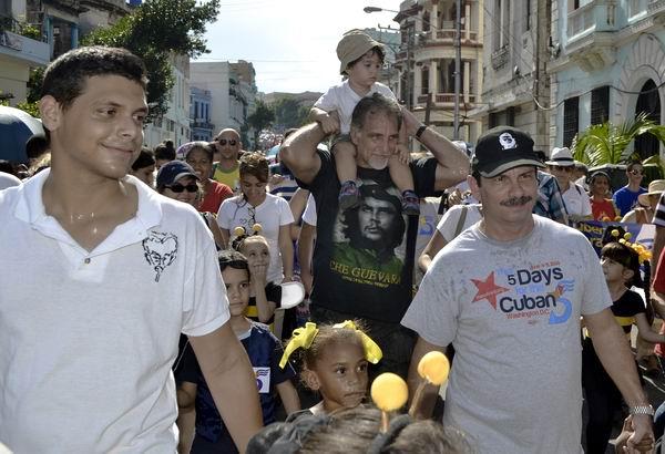 La marcha juvenil estuvo encabezada por los Héroes de la República de Cuba, René González y Fernando González; y familiares de Los Cinco Héroes. Foto Abel Rojas Barallobre