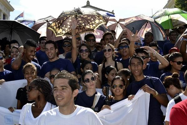 Miles de estudiantes y jóvenes protagonizaron una multitudinaria marcha desde la escalinata de la Universidad de La Habana hasta la Tribuna Antiimperialista. Foto Abel Rojas Barallobre