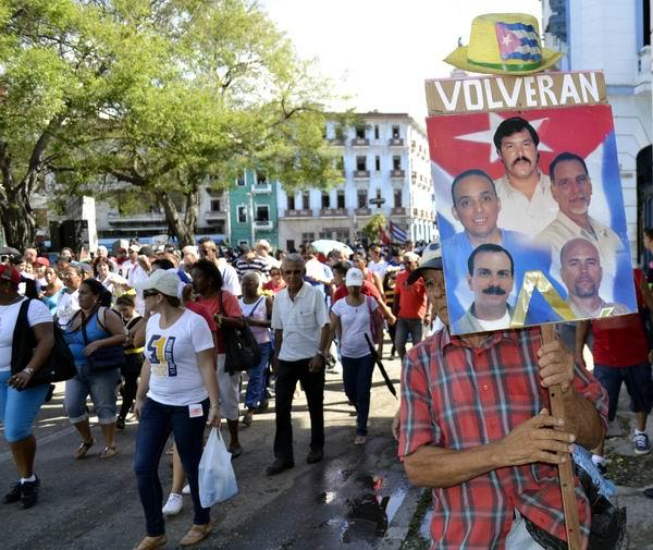 El pueblo en general se unió a la gran marcha de los pinos nuevos cubanos. Foto Abel Rojas Barallobre