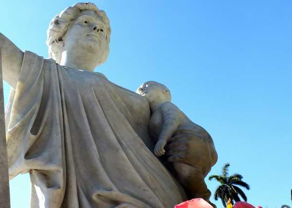 Ubicado en la Necrópolis de Colón, este monumento pertenece a Amelia Goyri, protagonista de la leyenda de La Milagrosa, motivación que sirvió de inspiración al escultor cubano José Vilalta Saavedra. Foto Abel Rojas