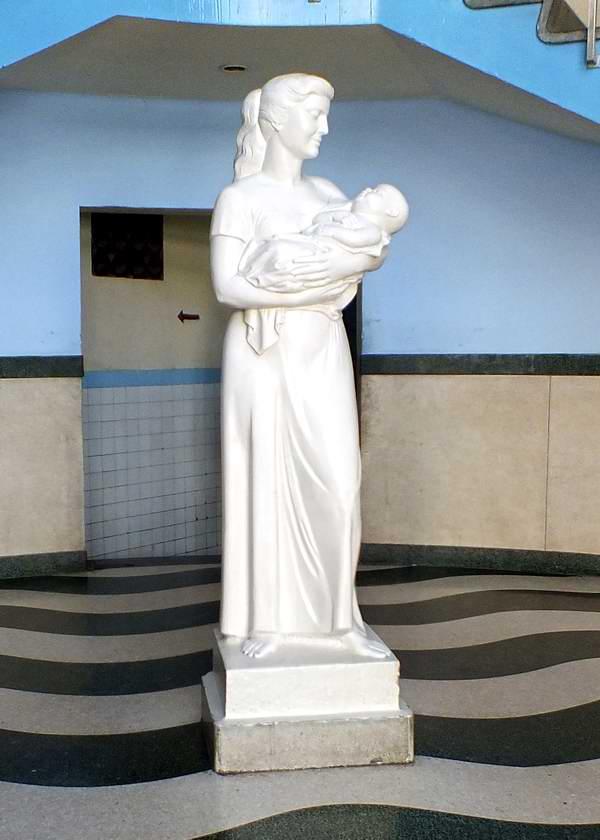 La escultura del capitalino Hospital Hijas de Galicia, dotada de hermosura, deviene en un sí¬mbolo de amor maternal. Foto Abel Rojas