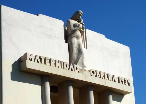 """La escultura """"Maternidad"""", en la fachada del emblemático Hospital Maternidad Obrera, da la bienvenida a las futuras madres. Foto Abel Rojas."""