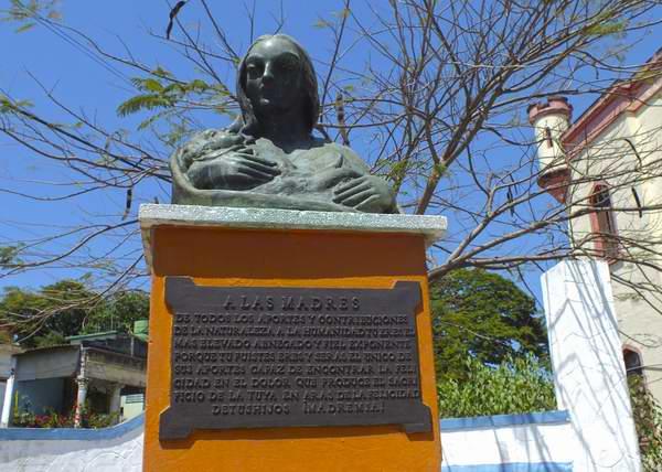 En el municipio Arroyo Naranjo se erige un busto que representa el inigualable amor que brota del corazón de una madre. Foto Abel Rojas.
