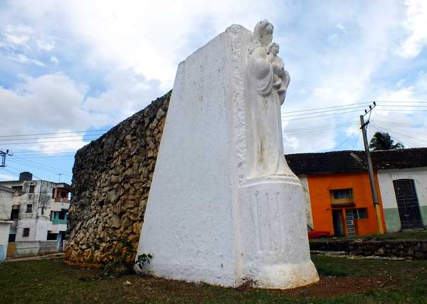 En el Parque Martí, en Santiago de las Vegas, existe un monumento a las madres dedicado en mayo de 1945, obra del escultor Plácido Crespo. Foto Abel Rojas.