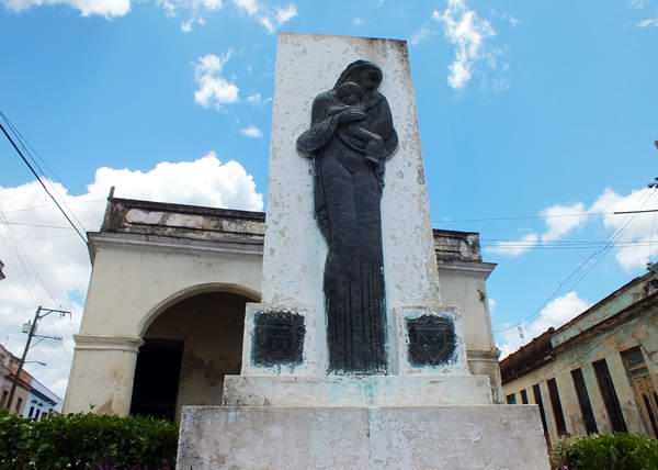 Develado el 10 de mayo de 1942, este monumento a las madres se compone de un pedestal de mampostería, sobre el cual está inscripta la figura de una mujer en bronce. A cada lado en su parte inferior posee dos escudos, el de Guanabacoa y el de los Caballeros de Colón. Esta obra se debió a la iniciativa del Alcalde José Villalobos Olivera. Foto Abel Rojas.