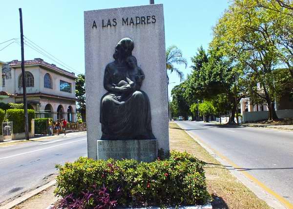 Entre las intercepciones 100 y 51, en el capitalino municipio de Marianao, se encuentra una obra de singular belleza que representa la sensibilidad maternal. Foto Abel Rojas.