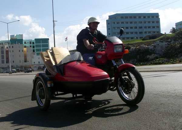 Motos Jawa se pueden emplear para múltiples propósitos, incluso para trasladar cargas pequeñas. Foto Abel Rojas