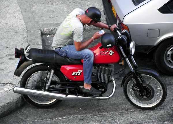 Moto MZ modelo ETZ 250, proviene de la fábrica de motocicletas en Zschopau, región de Erzgebirge de Sajonia. Foto Abel Rojas