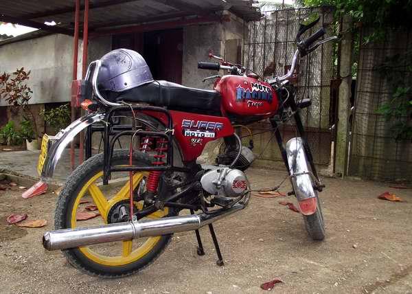La moto Karpaty es muy frecuente en las vías cubanas. Foto Abel Rojas