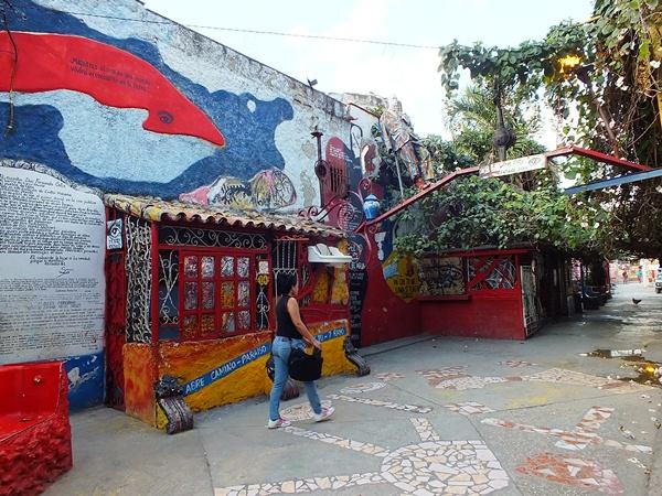 Ubicado en el municipio Centro Habana, el Callejón de Hammel rinde tributo a la cultura afrocubana. Foto Abel Rojas Barallobre