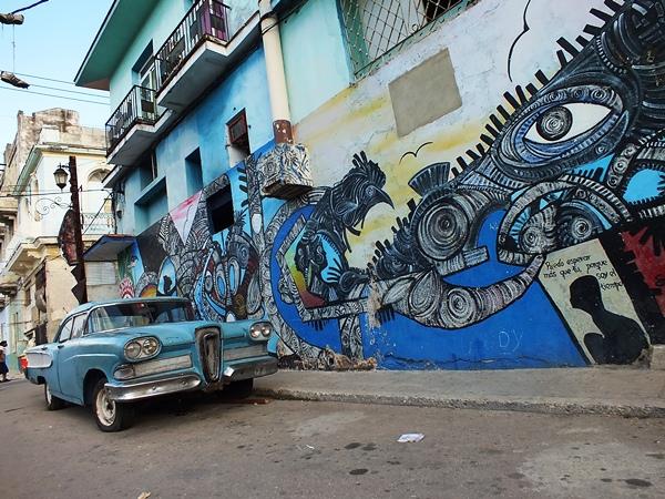 La creación de los diversos murales y esculturas de esta callejuela pictórica (Callejón de Hammel) es fruto del pintor camagüeyano Salvador Gonzáles Escalona. Foto Abel Rojas Barallobre