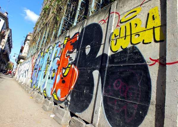 Los grafitis constituyen un medio alternativo de expresión de la juventud cubana. Foto Abel Rojas Barallobre