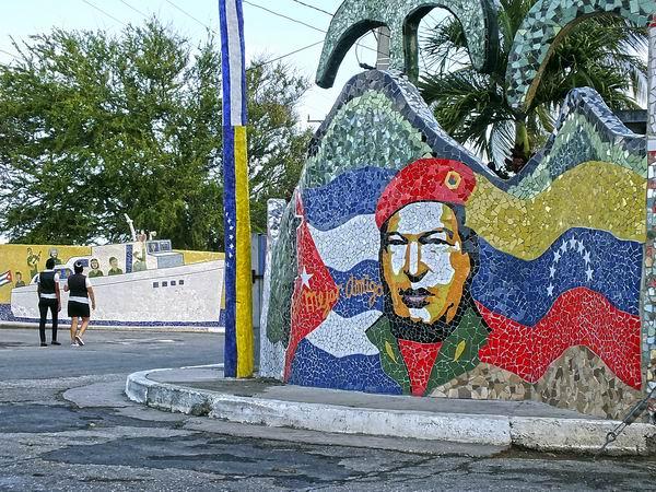 Las obras artísticas comunitarias de José Antonio Fuster contienen grandes destellos de la historia latinoamericana. Foto Abel Rojas Barallobre