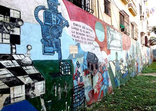 Muchos muros de La Habana son utilizados como soporte para las pinturas murales. Foto Abel Rojas Barallobre