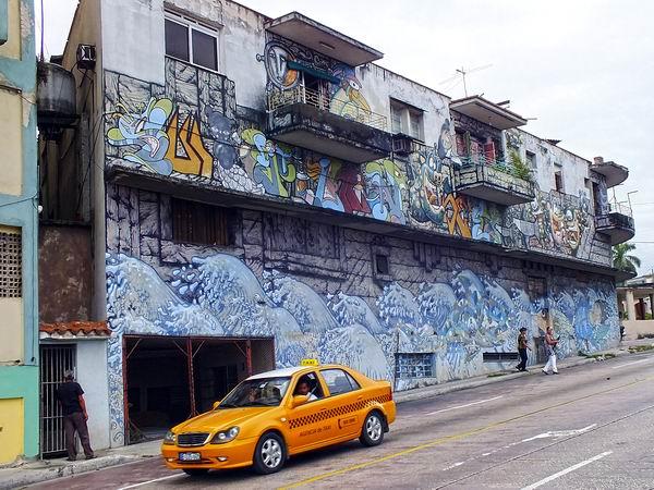 Artistas con deseos de embellecer y expresar sus emociones y pensamientos engalanan la arquitectura citadina mediante pinturas. Foto Abel Rojas Barallobre