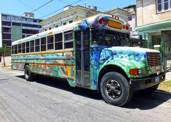 Otro soporte que se utiliza en Cuba para armonizar la ciudad con vivos colores es el transporte. Foto Abel Rojas Barallobre