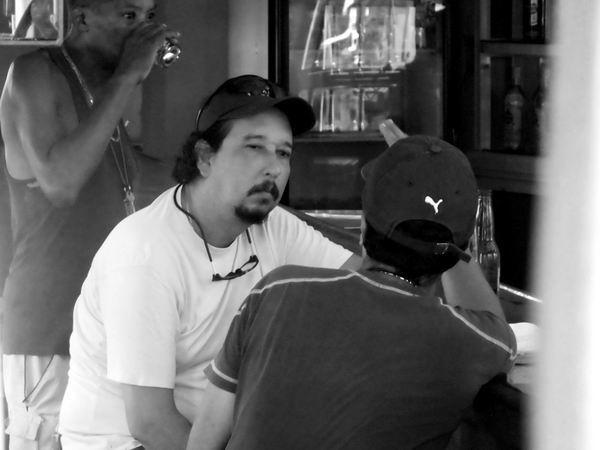 Compartir un trago los bares y conversar son asideros de la nostalgia. Foto Abel Rojas Barallobre