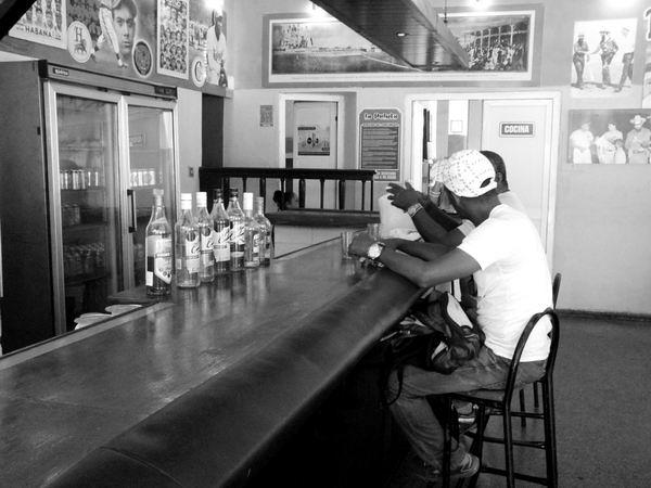 Los bares, como el San Juan, son lugares de recuerdos, encuentros entre amigos y nostalgias. Foto Abel Rojas Barallobre.
