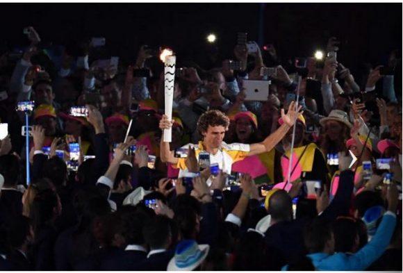 Guga Kuerten con la antorcha olímpica. Foto: Ricardo López Hevia / Granma