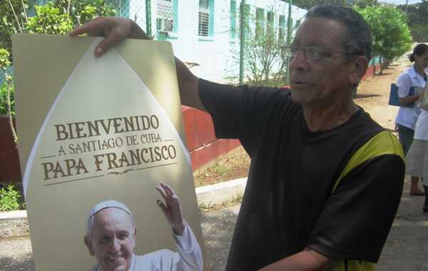 Pedro Campuzano nos mostró el afiche con que recibirá a su Santidad: