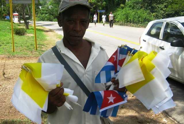 Los pobladores del Cobre se disponen al recibimiento con banderas de Cuba y el Vaticano. Foto Carlos Sanabia