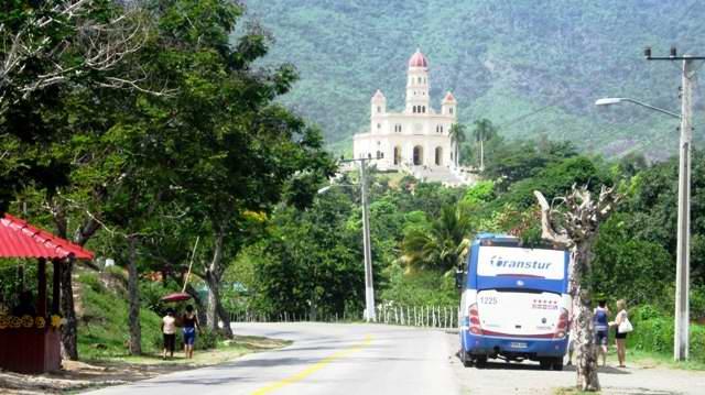 Entrada al poblado del Cobre donde se aprecia el Santuario en lo más alto del Cerro de Maboa. Foto Carlos Sanabia