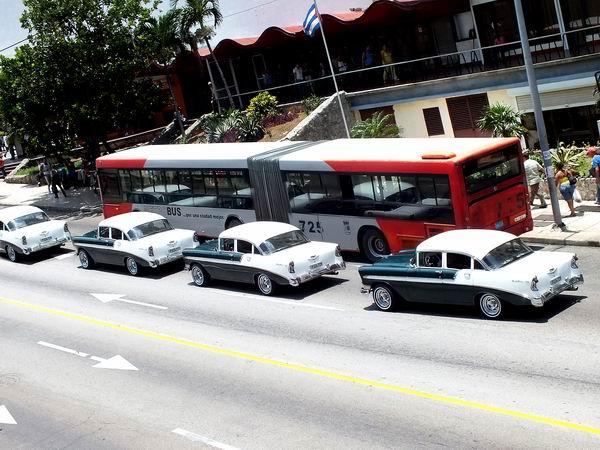 El Chevrolet, una de las tantas marcas de autos norteamericanos antiguos que transitan por las calles de Cuba. Foto Abel Rojas