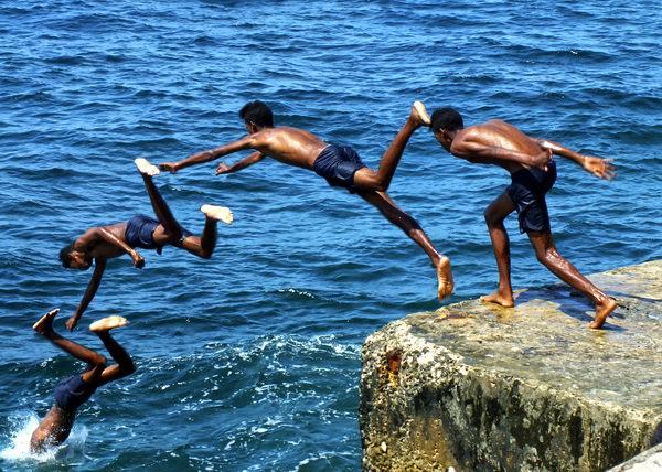 Uno de los tantos jóvenes que se lanzan al mar desde el muro del añejo malecón habanero. Una acción que no está exenta de riesgos para la vida y totalmente prohibida. Foto Abel Rojas