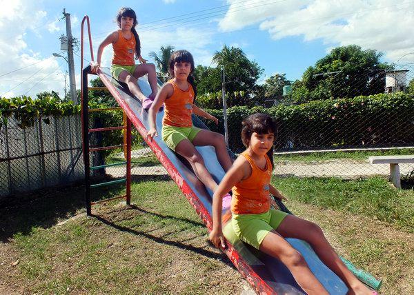 Los más pequeños de la casa disfrutan al máximo los aparatos existentes en los parques infantiles de la comunidad. Foto Abel Rojas