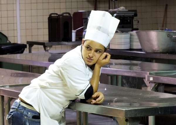 El motivo de tan peculiar sombrero está en evitar el sudor de la frente y la posible caída de cabellos en los alimentos que se están elaborando. Foto Abel Rojas
