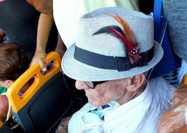 El sombrero proporciona a cada individuo una cierta pincelada de elegancia.  Foto Abel Rojas f84beb0ed70