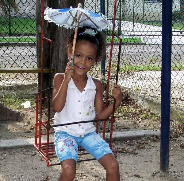 Hasta los niños usan sombrilla. Foto Abel Rojas