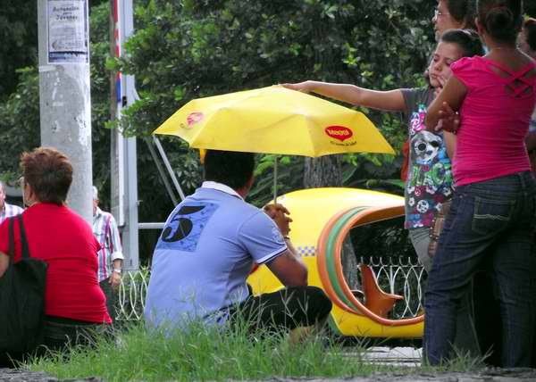 Las sombrillas se apropian de todos los espacios citadinos. Foto Abel Rojas