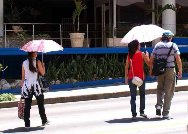 Las sombrillas nos protegen del inclimente Sol. Foto Abel Rojas