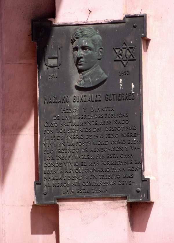 Esta tarja se encuentra en la fachada de una casa en la calle 23 entre G y F, donde vivi� el destacado luchador cubano Mariano Gonz�lez Guti�rrez, asesinado en enero de 1933.  Foto Abel Rojas