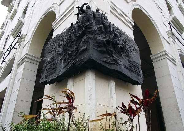 Esta gran tarja rinde tributo a la proclamación del carácter Socialista de la Revolución Cubana, protagonizada en la misma esquina de 23 y 12 por el Líder histórico Fidel Castro Ruz. Foto Abel Rojas