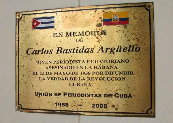 En la sede principal de la Uni�n de Periodistas de Cuba, en la c�ntrica avenida capitalina 23, se halla una placa conmemorativa al periodista ecuatoriano Carlos Bastida Arg�ello, quien lleg� a Cuba en 1958 y logr� ascender la Sierra Maestra para establecer contacto con el Ej�rcito Rebelde. Adem�s, bajo el seud�nimo de Atahulalpa Recio, fue colaborador de las primeras emisiones de Radio Rebelde. Foto Abel Rojas