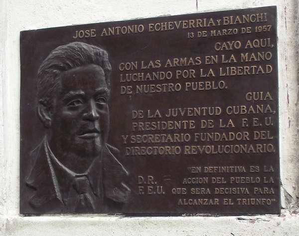 El 13 de marzo de 1957 cay� brutalmente asesinado a un costado de la emblem�tica Universidad de La Habana  Jos� Antonio Echeverr�a y Bianchi. En su honor se devel� una gran tarja, como s�mbolo de que nuestro pueblo batalla con total entrega por la libertad. Foto Abel Rojas