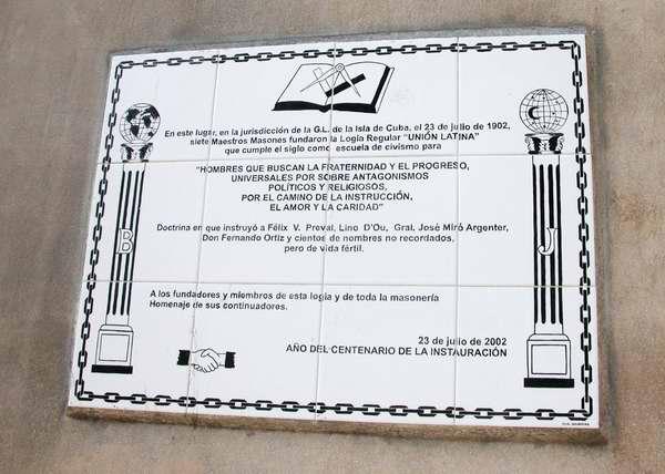 En La Habana Vieja, en la calles Cienfuegos entre Corrales y Apodaca, se encuentra una tarja conformada por azulejos, dedicada a la fundaci�n, en ese preciso lugar, de la Logia Regular �Uni�n Latina, el 23 de julio de 1902.  Foto Abel Rojas