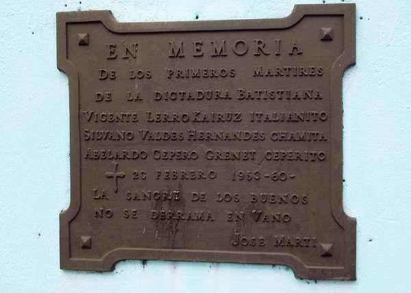Una placa en homenaje a los primeros m�rtires de la dictadura bajo el mandato de Fulgencio Batista, se encuentra en las calles Zapata y 10, en La Habana.
