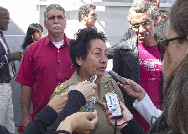 General Delsa Esther Puebla rinde tributo al Presidente de Venezuela, Hugo Chávez en La Habana. Foto Abel Rojas