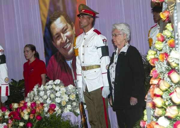 Familiares de Los Cinco Héroes en guardia de honor en la Plaza de la Revolución. Foto Abel Rojas