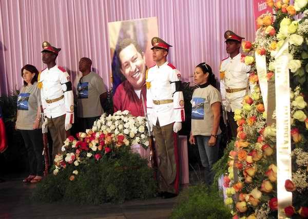 Familiares de las Víctimas del atentado de Barbados en guardia de honor por Hugo Chávez. Foto Abel Rojas