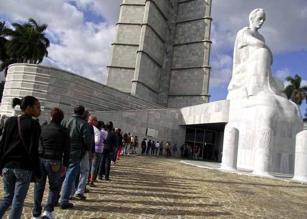 Miles de personas asisten a la emblemática Plaza de la Revolución a rendir homenaje a Hugo Chávez. Foto Abel Rojas