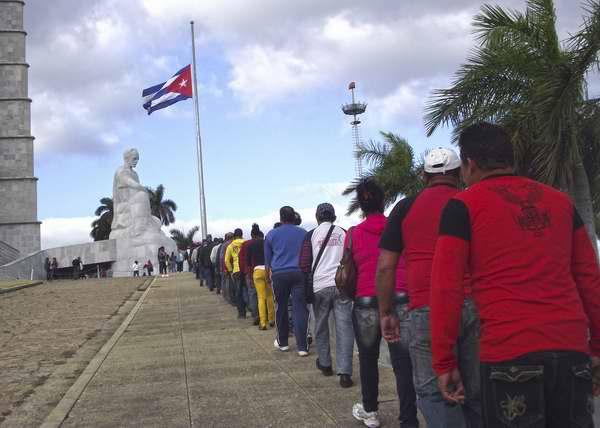 Miles de cubanos regalaron su último adiós al Comandante Presidente Hugo Chávez