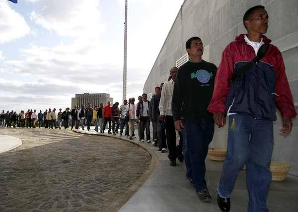 Los cubanos acudieron a la PLaza de la Revolución a manifestar su dolor por la muerte del Presidente de Venezuela Hugo Chávez. Foto Abel Rojas