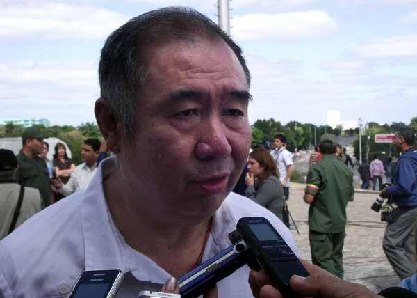 Zhang Tuo, embajador de China en Cuba tributa a Hugo Chávez. Foto Abel Rojas